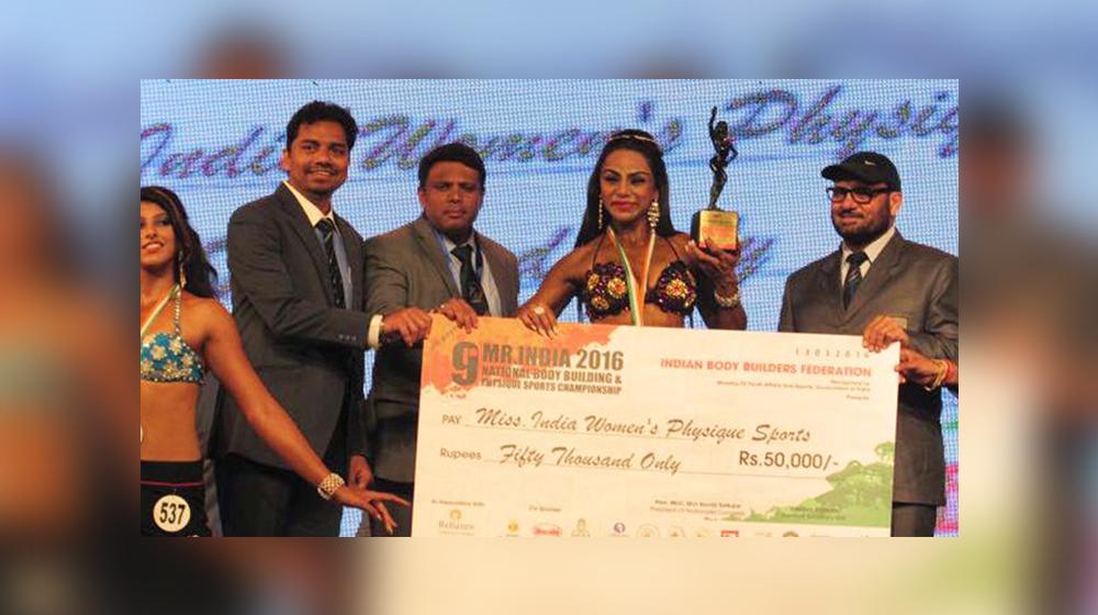 shweta rathore with prize